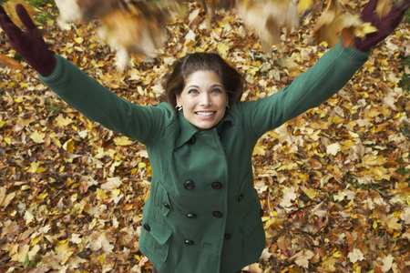 vómito: Woman Throwing Leaves in the Air