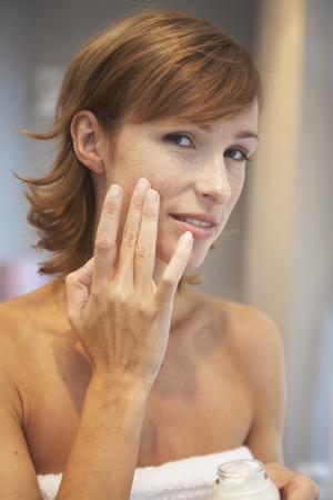 Woman Applying Make-Up LANG_EVOIMAGES