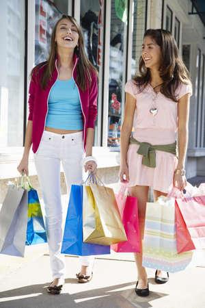 Girls Shopping Together LANG_EVOIMAGES