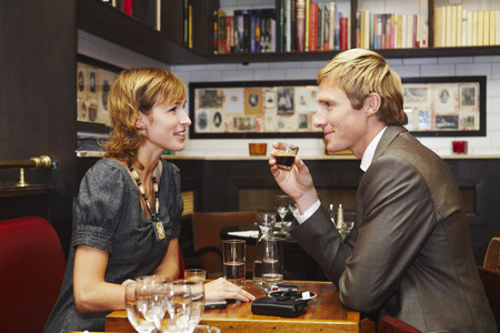 to pulsate: Couple in Restaurant