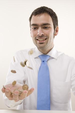vómito: Hombre lanzando monedas LANG_EVOIMAGES