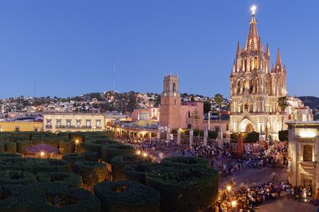 san miguel arcangel: El Jardin Town Square y La Parroquia al atardecer, San Miguel de Allende, Guanajuato, México
