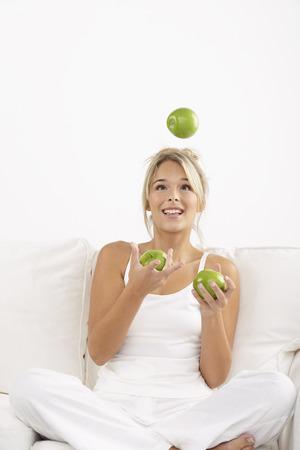 vómito: Manzanas malabares de mujer joven