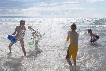 vómito: Niños jugando en la playa, Elmvale, Ontario, Canadá LANG_EVOIMAGES