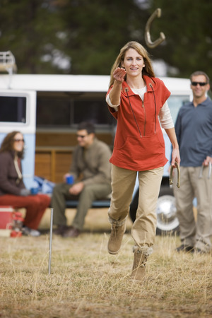 vómito: Woman Tossing Horseshoes While on a Camping Trip, Bend, Oregon, USA LANG_EVOIMAGES