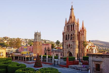 san miguel arcangel: La Parroquia y Jardín, San Miguel de Allende, Guanajuato, México LANG_EVOIMAGES
