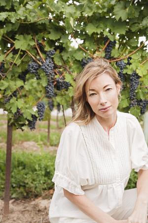 agachado: Retrato de Wine Maker en Vineyard
