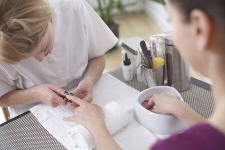 utiles de aseo personal: Mujer consiguiendo una manicura, Vancouver, Columbia Británica, Canadá LANG_EVOIMAGES
