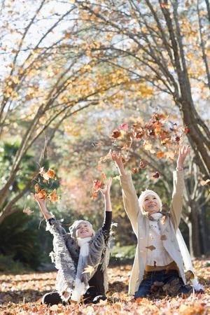 vómito: Niñas jugando en las hojas