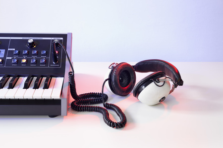 Synthesizer and Headphones LANG_EVOIMAGES