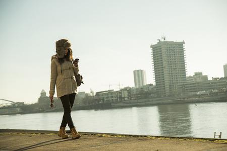 Jugendliche draußen, gehend entlang Ufergegend am Verladedock, Mannheim, Deutschland