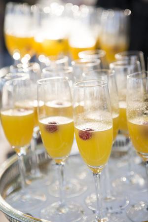 Close-up di vassoio di Mimosas alla reception di nozze