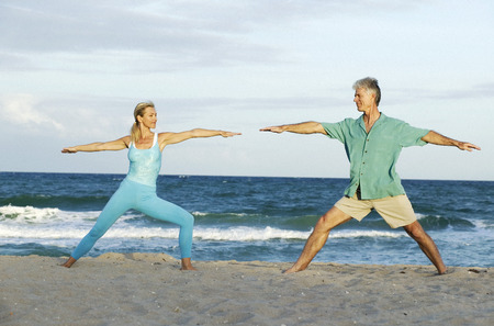 equidad: Couple Doing Yoga on Beach LANG_EVOIMAGES