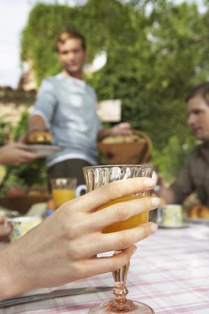 socializando: Mano que sostiene la bebida LANG_EVOIMAGES