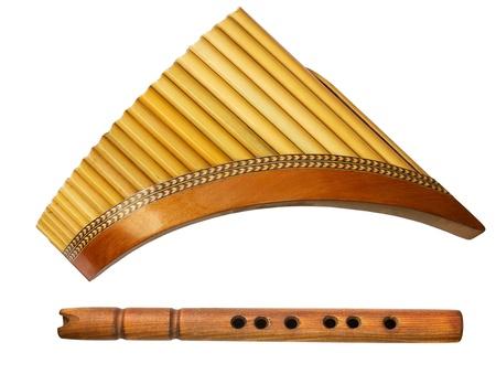 flauta: dos flautas tradicionales de madera aislada en el fondo blanco Foto de archivo