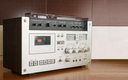 grabadora: grabadora de cassete de la vendimia en la mesa de cerca Foto de archivo