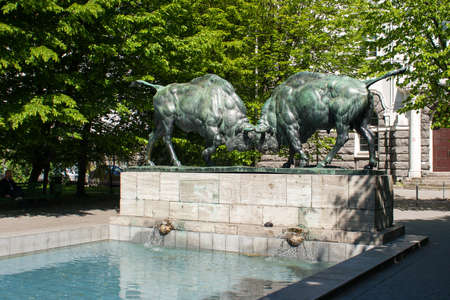 fighting bulls: sculpture of fighting bulls on sunny summer day Stock Photo