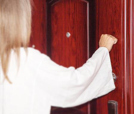 Voici, je me tiens à la porte et je frappe. Si quelqu'un entend ma voix et ouvre la porte, puis je viendrai chez lui, et je souperai avec lui, et lui avec moi. Apocalypse 3-22