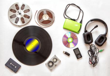 conjunto de soportes de audio retro y modernos sobre fondo blanco