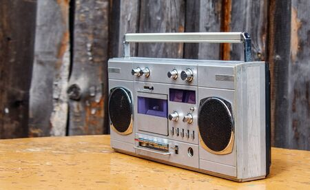 Retro-Kassettenspieler auf Holztisch im Freien Nahaufnahme