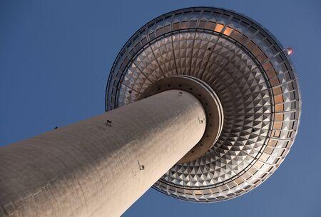 Famosa torre televisiva situata sulla Alexanderplatz a Berlino, Germania Archivio Fotografico - 49189782