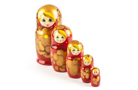 muñecas rusas: Muñecas Babushkas o Matrioshka sobre un fondo blanco Foto de archivo