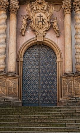 Ornamental Cathedral Door in Stein gemeißelt