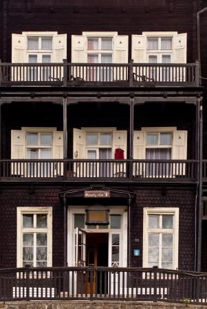 Fassade von einem Holz-Hotels Standard-Bild