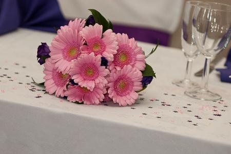 Rosa Blumen auf einem Tisch