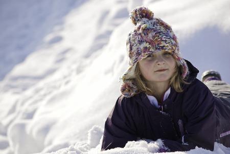 Porträt von Mädchen im Schnee spielen