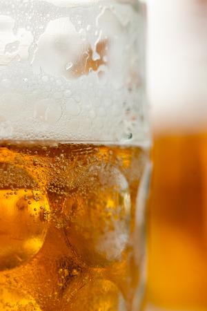 Close up of beer mug vertial mit Becher im Hintergrund Standard-Bild