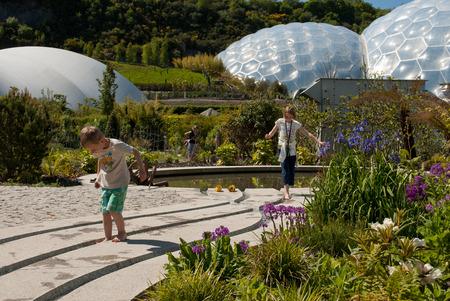 Eden Project Biome mit Kindern im Vordergrund