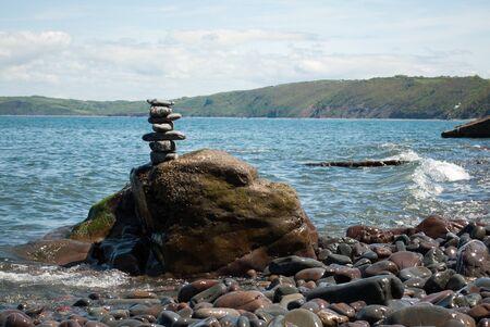 Pebble Turm mit Meer im Hintergrund