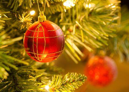 Red Tartan Flitter auf Weihnachtsbaum Standard-Bild