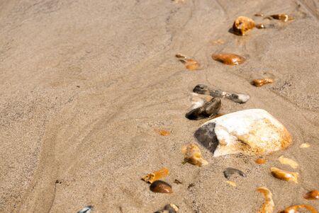 Row von Kieseln es der Sand