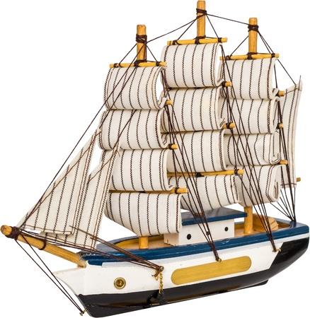 barco pirata: Juguete hecho a mano del barco de vela Aislado En Blanco Foto de archivo