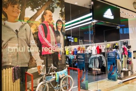 adidas: Adidas Shop voor jongens en meisjes in Boekarest, Roemenië. Redactioneel
