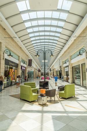 bucarest: Vue de l'int�rieur du centre commercial Cotroceni � Bucarest, Roumanie.