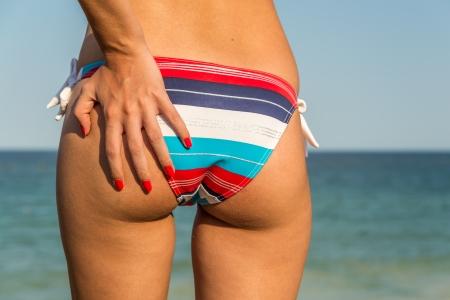 Closeup Foto De Una Chica Sexy En Bikini Bottom agarr�ndola En Una Playa Foto de archivo - 18664866
