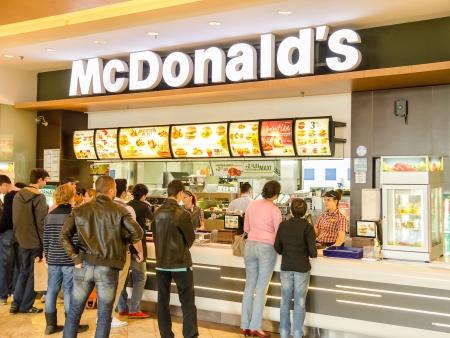 bucarest: Bucarest, Roumanie - 12 avril: Les gens qui ach�tent fast-food de Restaurant McDonald le 12 Avril 2013, � Bucarest, en Roumanie. McDonald est la principale cha�ne de restaurants fast-food en Roumanie.