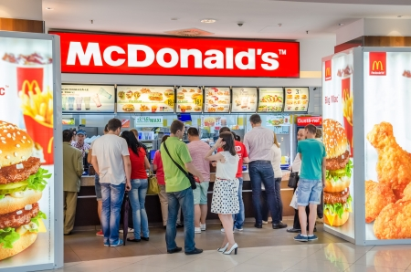 Bucarest, Rumania - 13 de junio: La gente que compra de comida r�pida de McDonald