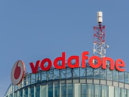 bucarest: BUCAREST, ROUMANIE - 24 juin: Vodafone Building le 24 Juin 2013 � Bucarest, en Roumanie. C'est la deuxi�me plus grande entreprise de t�l�communications mobiles au monde dont le si�ge est � Londres. �ditoriale