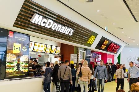 Bucarest, Rumania - 18 de octubre Las personas que compran la comida r�pida de McDonalds restaurante el 18 de octubre de 2013 en Bucarest, Rumania McDonalds es la principal cadena de restaurantes de comida r�pida en Rumania