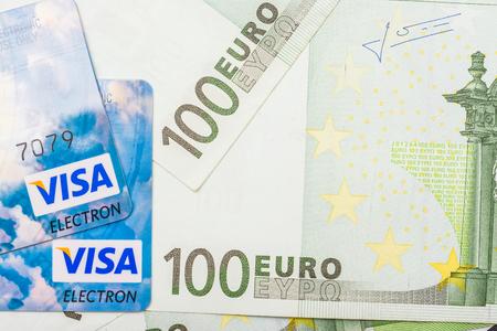 banconote euro: BUCAREST, ROMANIA - 22 dicembre 2013 carte di credito Visa corso Unione europea Gazzetta Euro banconote