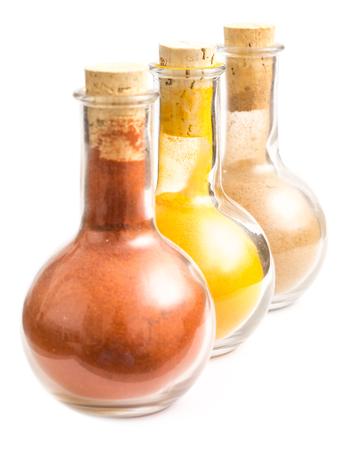 indian spices: Flessen Met Indische Kruiden Kurkuma, Biryani En Kashmiri Geïsoleerd Op Wit