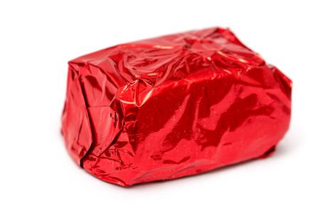 bonbon chocolat: Rouge envelopp� de bonbons au chocolat isol� sur blanc