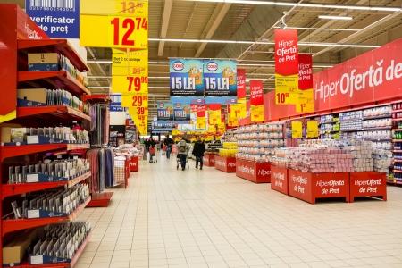 Bukareszt, Rumunia - 22 stycznia 2014 Ludzie zakupy w supermarkecie supermarkecie jest samoobsługowy sklep oferujący szeroką gamę produktów spożywczych i gospodarstwa domowego, zorganizowanej w korytarzach Publikacyjne