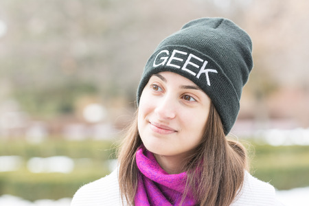 ropa de invierno: Feliz Geek Girl Portrait Con ropa de invierno Foto de archivo