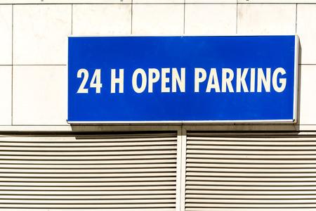 se�al parking: Sin parar todo el d�a abierto Se�al de aparcamiento Foto de archivo