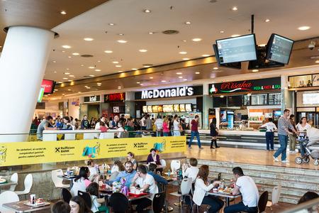 Bucarest, Rumania - 21 de abril Las personas que compran la comida r�pida de McDonald s restaurante el 21 de abril de 2014 en Bucarest, Rumania McDonald s es la principal cadena de restaurantes de comida r�pida en Rumania